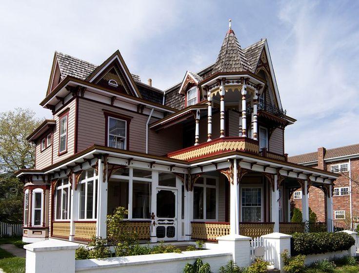 Наличник на окна в деревянном доме: декоративное украшение фасада и 70+ оригинальных примеров http://happymodern.ru/nalichnik-na-okna-v-derevyannom-dome/ Американский дом в викторианском стиле с простыми наличниками из красного дерева