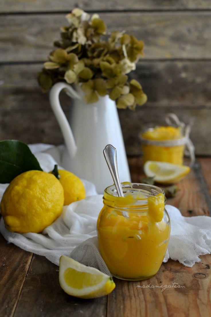 Il Lemon curd è una crema inglese a base di succo e zeste di limoni di origine anglosassone, dalla consistenza vellutata e densa. Molteplici le sue funzioni, una crema adatta per farcire crostate, biscotti, basi soffici, da spalmare sul pane o utilizzata per guarnire torte.