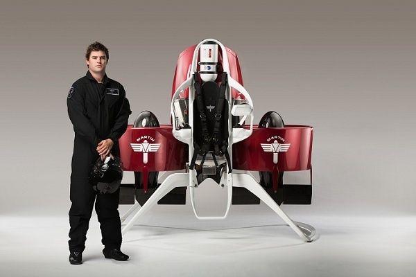 De firma Martin Jetpack wil volgend jaar een jetpack op de markt brengen. Het 'vliegpak', waar al 35 jaar aan zou zijn gewerkt, zal naar verwachting 150.000 dollar gaan kosten. De drager kan tot 1km hoogte vliegen.
