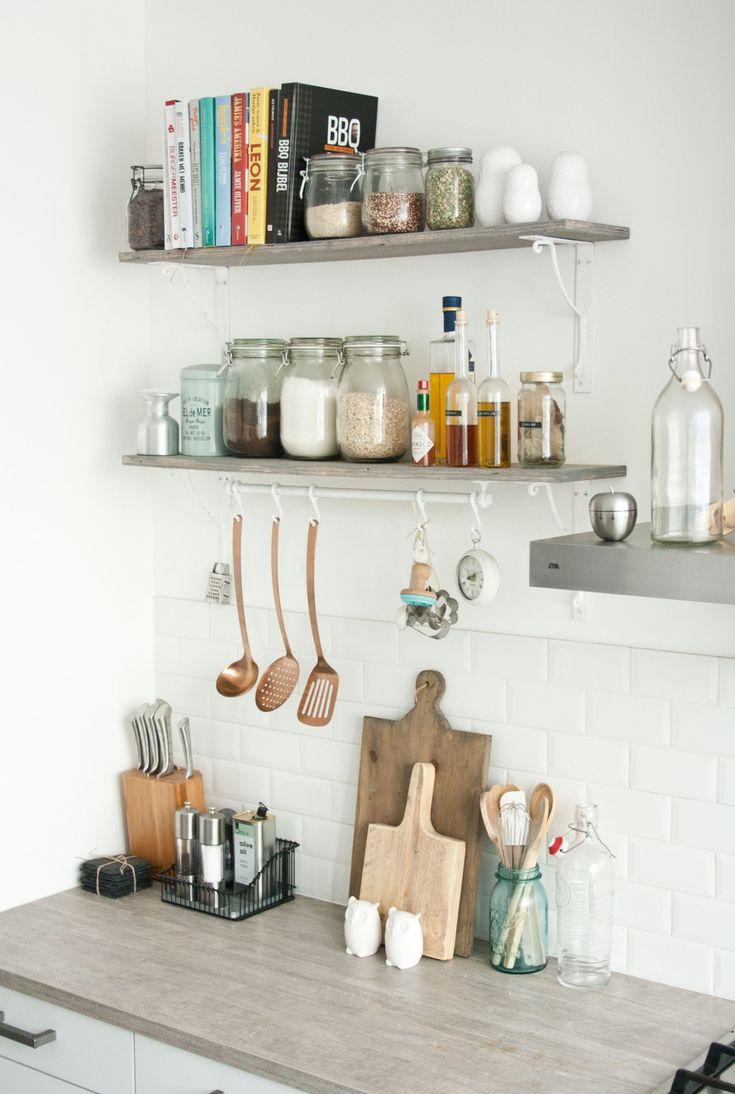 Na mijn hoekje op onze loungebank is de keuken mijn favoriete plekje in huis. Ik breng er veel tijd door:ik kook er, ik lees er en ik ga er in de kastjes rommelen als ik tot rust wil komen (opruimen werkt voor mij écht therapeutisch). Welkomin mijn domein.