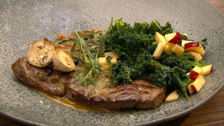 Stegt Ribeye med pebersauce og sprød grønkålsalat