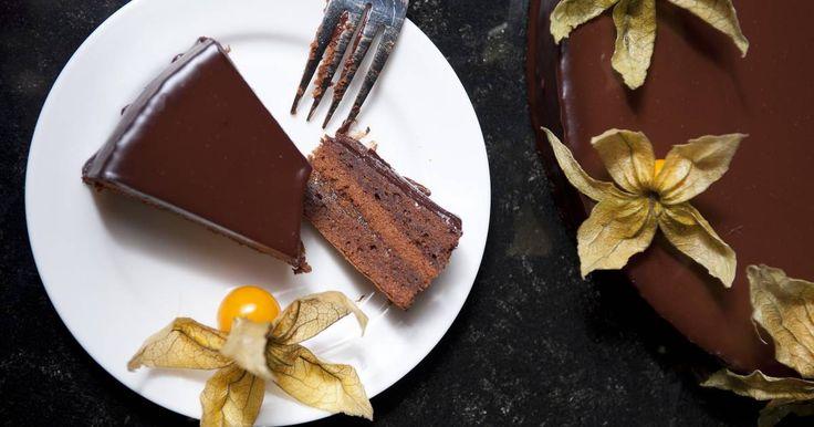 Mennyei Sacher torta recept! A Sacher torta egy igazi osztrák klasszikus. Sok mindent nem is fűznék hozzá, talán csak annyit, hogy ez egy nagyon jó sacher recept! Jó étvágyat!