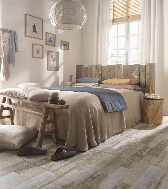 Assembler entre elles quelques lames de plancher et donnez vie à une tête de lit en bois chic et naturelle. http://www.castorama.fr/store/pages/idees-decoration-facile-tete-de-lit.html