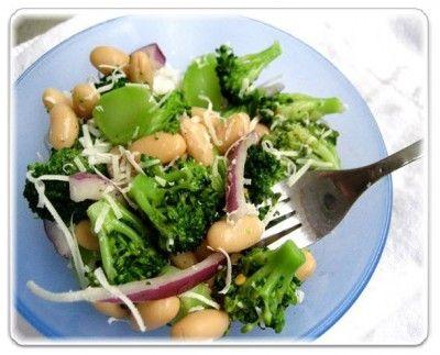 Ароматный, летний салат, в сочетании овощей и сыра очень питательный и вкусный, при этом готовится очень быстро