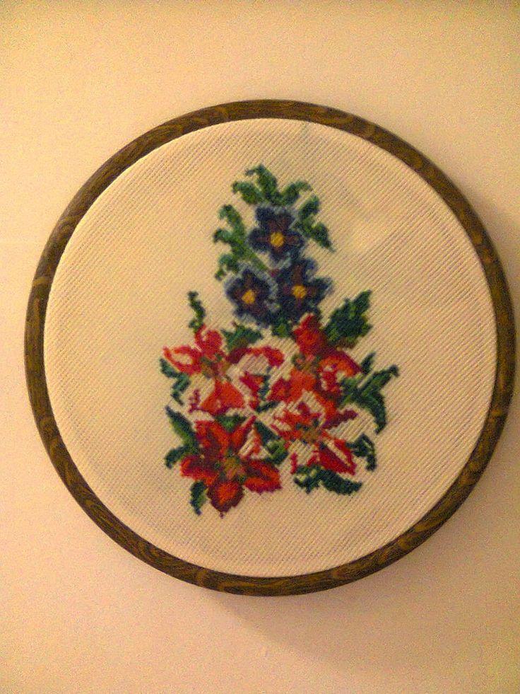 Adriana  Hobby: Medalion  Buchet  floral  lucrat în punt Cross Sti...
