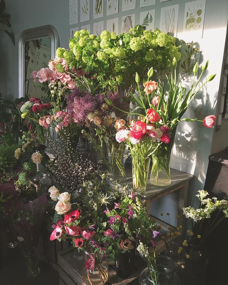 """""""Godmorgon lilla butik. Solen strålar o buketter tillverkas. Välkomna #ålstensblommor #blommor #bromma #ålsten #blomster #blomsterbutik #buketter #bukett"""""""