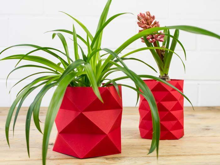 L'origami, est connu comme l'art du pliage de papier. C'est depuis de nombreuses années une tendance forte dans le domaine du design. Les décorations faites en origami apportent dans la maison des lignes simples et des effets d'optiques qui jouent avec les murs. Gülcin de l'équipe de DaWanda vous montre comm
