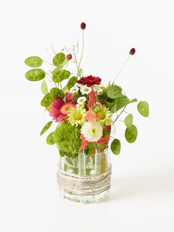 Tischdeko In and Out Step 3 Florales dekorativ in das kleine Glasgefäß arrangieren.