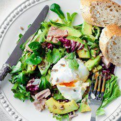 Sałatka z tuńczykiem i jajkiem w koszulce | Kwestia Smaku