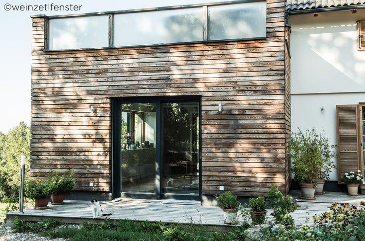 Mit der Holzfassade umgeben wird diese Holz/Alu-Hebeschiebetüre zu etwas ganz Besonderem. Der natürliche Garten tut das Übrige dafür. <3