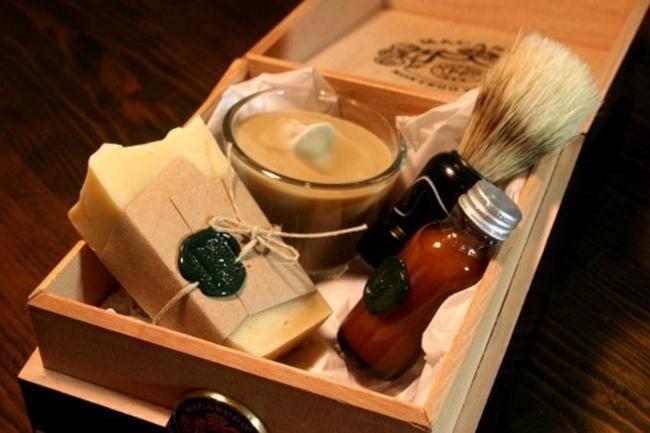 Kit barba com pincel, sabonete em barra, espuma e loção pós-barba, embalados em caixa de madeira. http://www.noivas.net/
