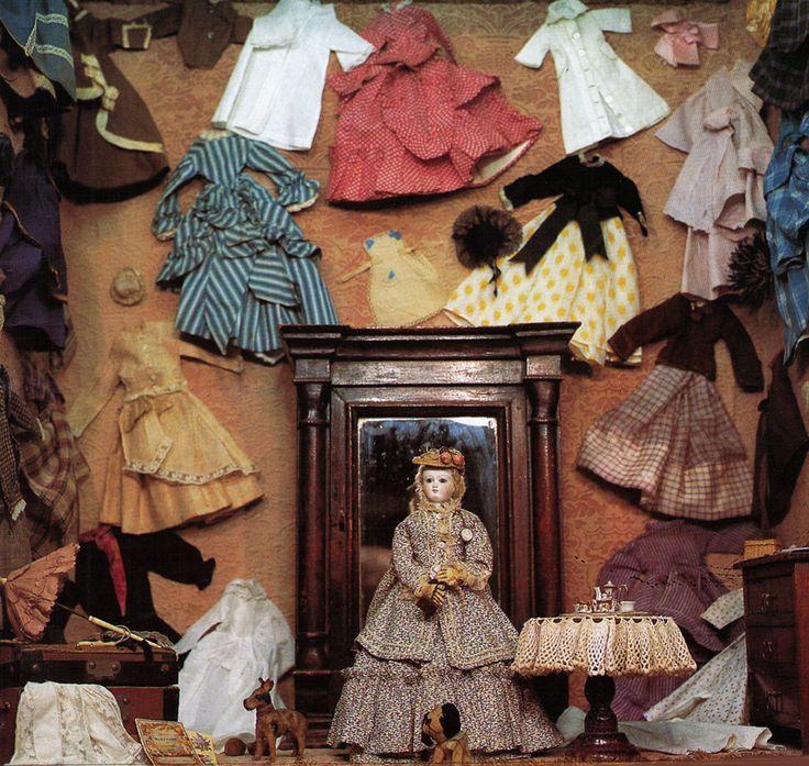 Violette, a parisienne doll with her extensive original wardrobe from the late 1860s (Odin collection - Musée de la Poupée-Paris).