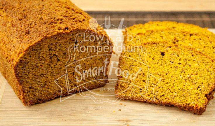 Low Carb Kürbisbrot - Ein Backrezept mit viel gesundem Kürbis, wunderbar gelb, lecker & saftig. Ein tolles Brot für die Low Carb Ernährung.