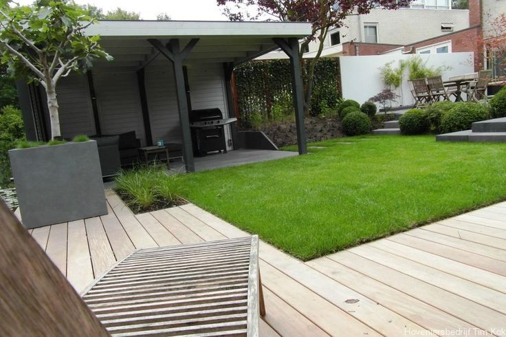 Heerlijk buitenleven, tuin te 's-Gravendeel, mooie-tuin-gezellige-tuin-loungen-in-de-tuinoverkapping-buitenverblijf-hillhout-tuinhuis-platdak-schoren-grote-bloemakken-boopje-vijgen-vijg-op-stam-gazon-gras-spelen-kinderen