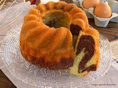 Il ciambellone bicolore è un dolce soffice soffice, perfetto per la colazione, formato da un intreccio di impasto classico e impasto al cacao.