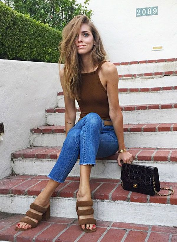 Chiara Ferragni com bodysuit marrom e calça jeans