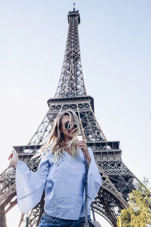 Girl in front of the Eiffel Tower in Paris