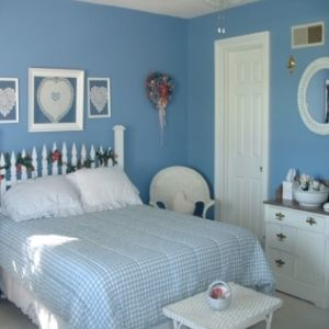 How To Decorate A Small Bedroom. I really like the fence headboard!!