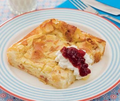 Ugnspannkaka med bacon och äpple är riktigt gott och blir kanske din nya middagsfavorit. Pannkakssmeten får sällskap av bacon och äpple in i ugnen. Servera gärna cottage cheese och lingonsylt till.