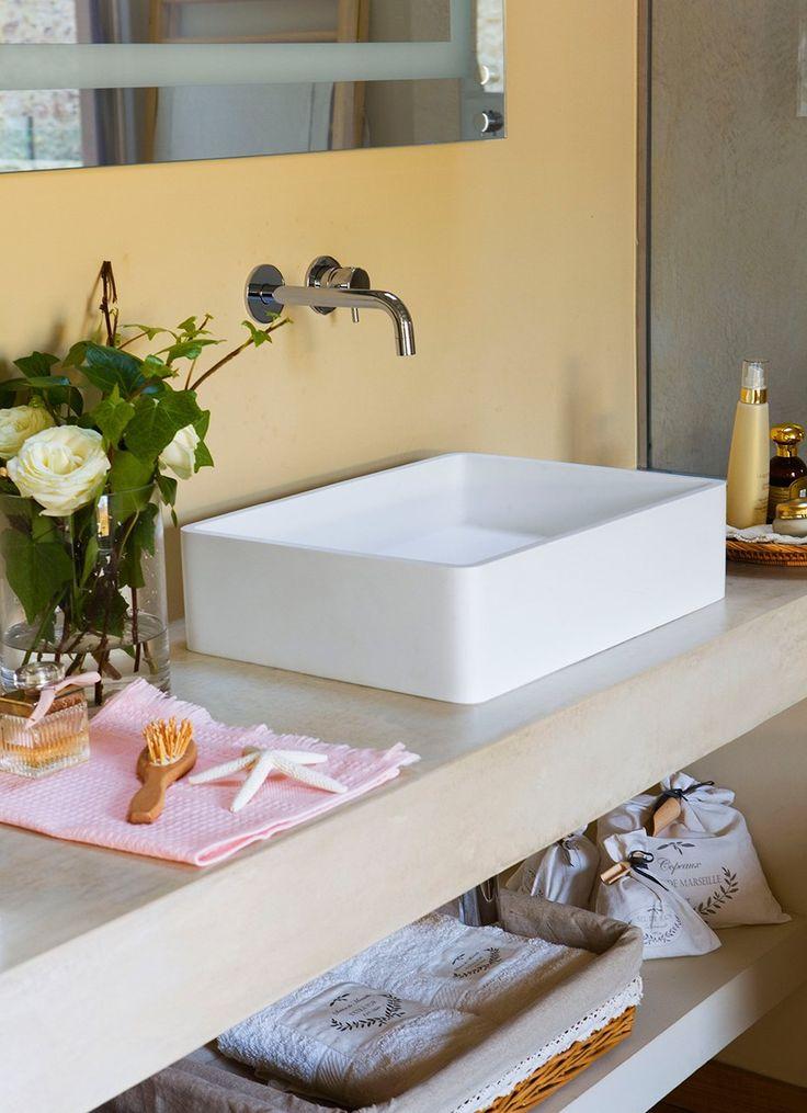 Mesada Baño Microcemento:Mesada de cemento en un baño en el campo ·