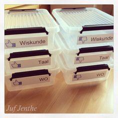 Gedaan met honderden werkbladen op je bureau te verzamelen en stapeltjes te maken voor het uitdelen (en ideaal om mee te nemen naar huis om te verbeteren). In de bakken met de duimen naar beneden komen de opgehaalde werkbladen die nog moeten verbeterd worden. Zodra deze verbeterd zijn, komen ze terecht in de bakken met de duimen omhoog. Op het einde van de week kan alles uitgedeeld worden. Simpel maar efficiënt :D