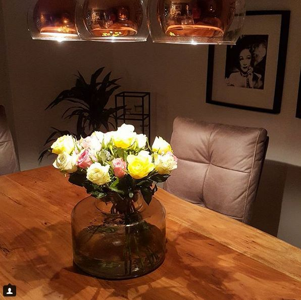 INTERIOR / LIVINGROOM / WOHNZIMMER / DINNINGROOM / FLOWERS / BLUMEN / ROSEN  / WOOD TABLE