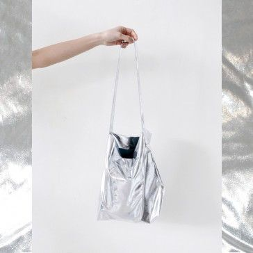 [Metallic Bag: Silver Color] A small size pouch featuring a zipper closure. What a fancy, eye catching pouch!
