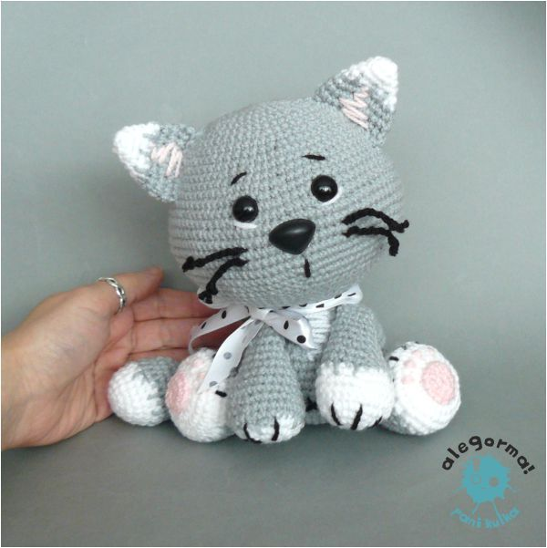 Eep! This little crocheted cat / kitten is adorable!