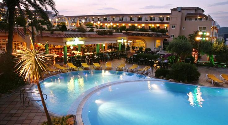 Guitart Central Park Lloret De Mar Situated 500 metres from Lloret de Mar's Fenals Beach, Guitart Central Park offers swimming pools and tennis court. The property offers rooms with a balcony and free WiFi in public areas.