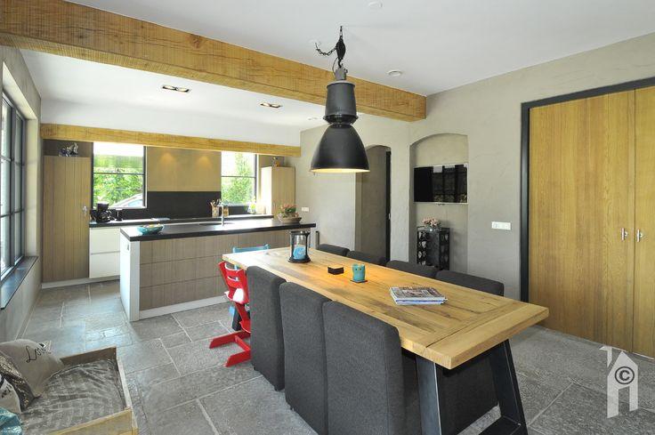 Eetkamer met aansluitend keuken.
