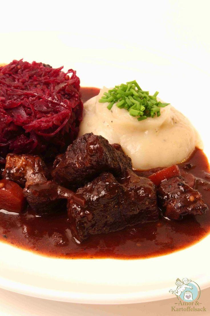 Amor&Kartoffelsack: Wildschweingulasch an Topinamburpüree und Blaukrau...