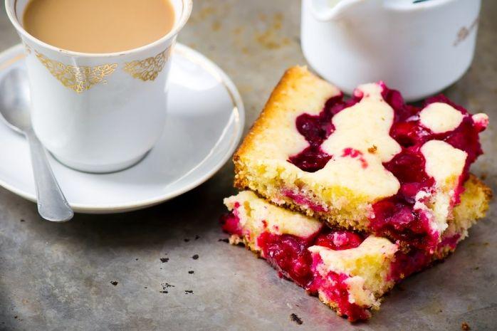 Вишневые десерты: пирог, блинчики и мороженое под соусом