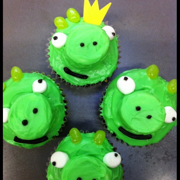 Because angry *bird* cupcakes are just begging to start a food fight ;-)