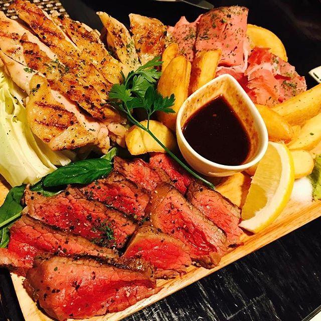 先日某後輩と行った吉祥寺、タントビーノ。お肉盛り盛りで最高すぎる‼️😁 美味しゅうございました。 ・ ・ #吉祥寺 #タントビーノ #肉 #ローストビーフ #チキングリル #生ハム
