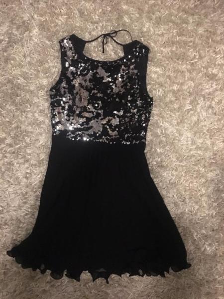 Ich verkaufe mein Vera Mont Kleid. Es befindet sich in einem sehr guten Zustand, da ich es selten getragen habe.Das Oberteil mit einem kleinen Rückenausschnitt funkelt wirklich toll. Ich kann auch gerne noch mehr Bilder schicken!
