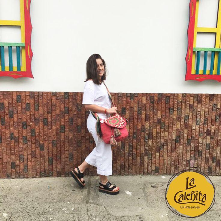 Nuestros bolsos Wayuu puedes combinarlos con un jean, una falda y tu blusa favorita. Estarás lista para pasear con tus amigas y lucir tu look casual. 🙆👛💟 #ArtesaniasColombianas #ArtesaniasWayuuArtesanias #WayuuGuajira
