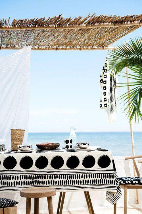Dek je (buiten)tafel in een minimalistisch getinte zwart wit print of kleurrijke bohemian stijl met de nieuwe items uit de voorjaarscollectie van H Home.