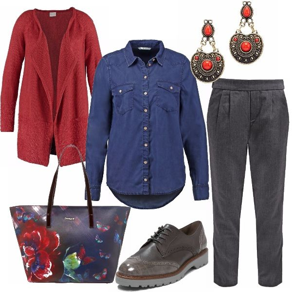 Il pantalone dal taglio classico con pinces aiuta a camuffare le rotondità che seguono il parto. Il cardigan rosso dà colore scivolando lungo i fianchi, mentre la camicia di jeans facile da sbottonare per l'allattamento sdrammatizza l'outfit. Le scarpe, comode e grintose brogue nei toni del grigio con bordo cuoio. La shopping bag Desigual riprende i colori dell'outfit con eleganza e gli orecchini danno il tocco in più.