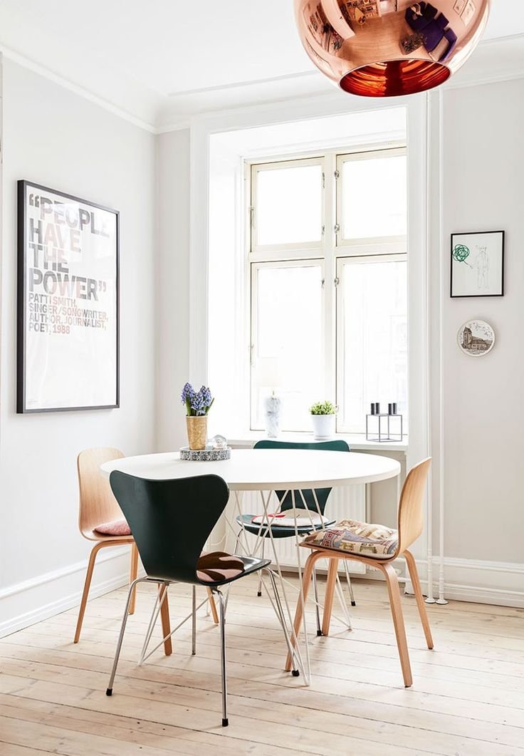 Dining corner with Danish design - two '7'-chairs from Arne Jacobsen around the dining table from Designdelicatessen along with two Muuto-chairs.