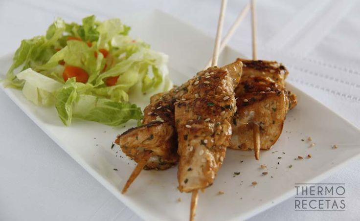 Las brochetas de pollo marinado con especias es una receta muy sencilla donde los ingredientes juegan un mismo papel sin destacar uno por encima de otros.