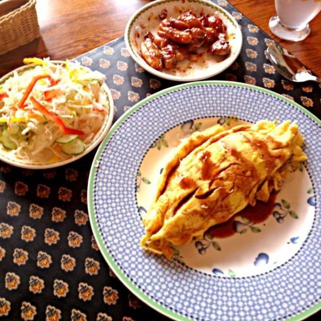 母親がいない間に作ってみました! 久々の手料理、美味しくできて良かったです❤ - 6件のもぐもぐ - バターライスと中濃ソースのオムライス、柚子胡椒風味照り焼きチキン、サラダ by h7929sy