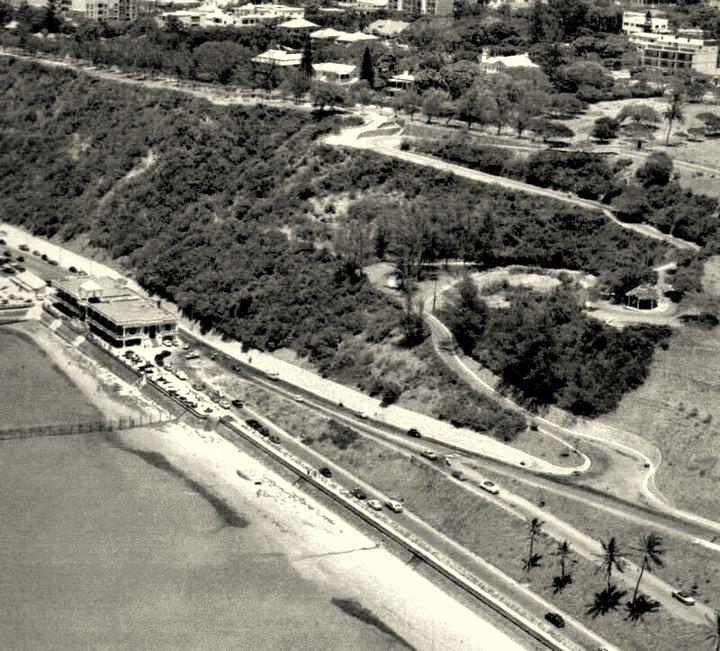 Vista aérea da Praia da Polana, anos 1950. Em baixo, o Pavilhão de Chá, o Caracol, e o topo da Polana, onde se pode ver a Avenida dos Duques de Connaught. O Pavilhão de Chá foi demolido em 1968.
