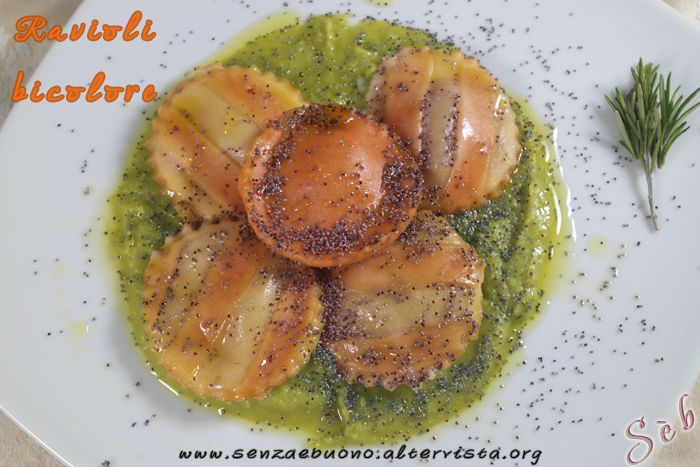 Raviolivegetariani #senzaglutine e e #senzalatticini con cuore di carciofi su crema di piselli e semi di papavero http://senzaebuono.altervista.org/ravioli-senza-glutine-senza-latticini/