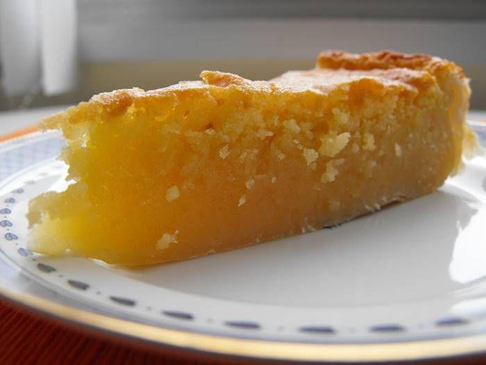 Tarte de feijão com coco   Sobremesas de Portugal.   Uma base para tarte de massa folhada  280 g de feijão branco (uma lata pequena)  350g de açúcar  80g de farinha  80g de margarina  5 ovos  100g de coco ralado  Açúcar para polvilhar
