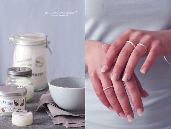 """Мазь """"Ухоженные ручки"""" - убирает морщины, пигментные пятна и трещины на руках  Моя мама готовит мазь, которая отлично помогает избавиться от трещин м пигментных пятен на руках с омолаживающим эффектом.  Сначала растворяет в 1 л теплой воды 2 ст.л. соли и держит в этом растворе руки 10 минут. Затем, не смывая его, промакивает ладони и смазывает их мазью (1 яичный желток + 1 ст.л. меда + 1 ст.л. растительного масла), смывает через 20 минут.  Эффект замечательный: кожа рук становится мягкой…"""