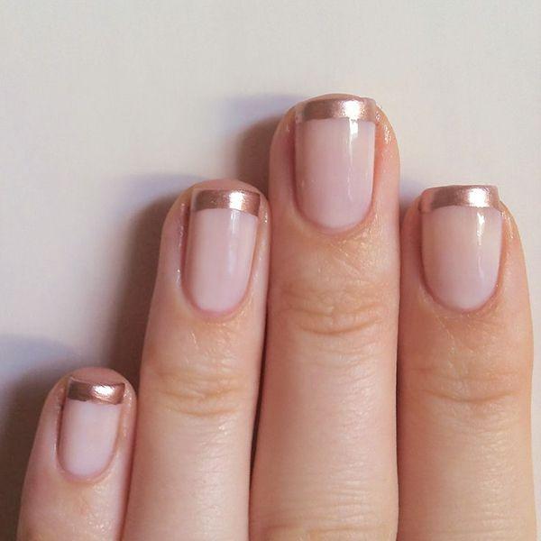 """Eu adoro manicure que leve dourado (e glitter), é um facto. E estas versões """"artísticas"""", pinceladas, ainda mais. Uma hipótese menos audaz será esta versão – fantástica, por sinal, de manicure francesa, com a bordinha em cobre. Não é lindo? ... Ler Mais"""