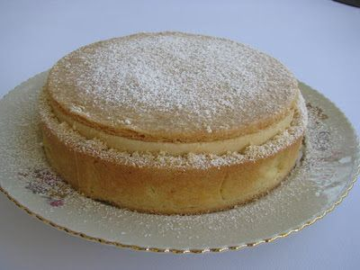 I Dolci di Pinella: Torta della Nonna di Maurizio SantinCremoso soffice alla vaniglia 1 kg di panna fresca al 35% di grassi 200 g di zucchero semolato 200 g di tuorli 15 g di gelatina 200 g di panna montata bacca di vaniglia