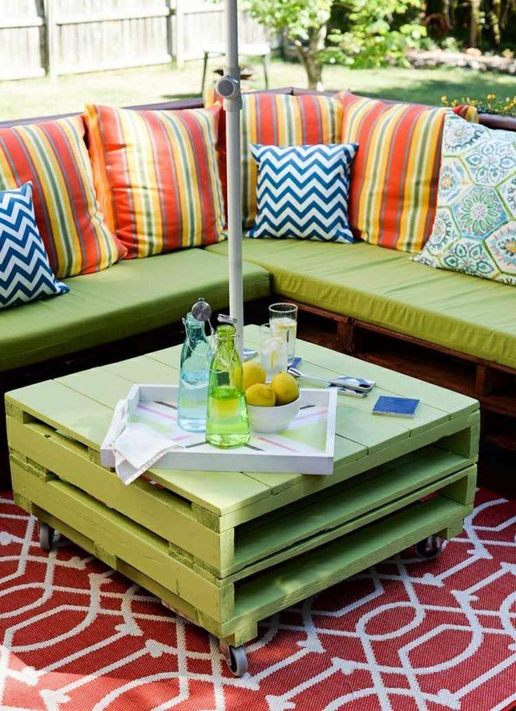 Zu den Sofa Möbeln wurde passend ein grüner Couchtisch gebaut