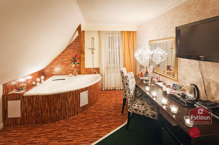 Romantická večeře při svíčkách Vašeho partnera určitě potěší, ale co teprve romantická koupel při svíčkách? Pytloun Design Hotel**** v Liberci. #pytloun #liberec #accomodation #hotel #room #bath #romantic #candles #date #design #designhotel