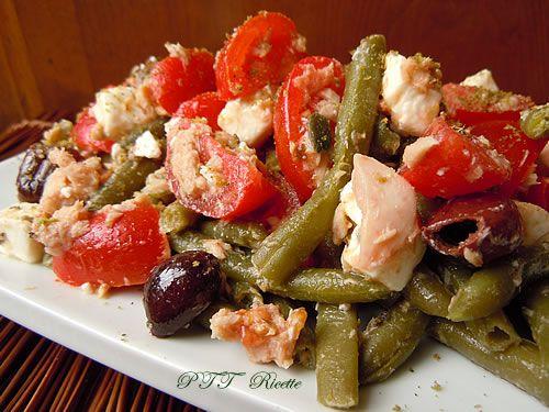 Insalata fresca estiva, con fagiolini, tonno, feta, olive, semi di zucca, origano
